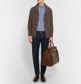 Dunkelbraune Brogue Stiefel aus Leder kombinieren: trends 2020: Kombinieren Sie eine dunkelbraune Strickjacke mit einem Schalkragen mit dunkelblauen Jeans für ein bequemes Outfit, das außerdem gut zusammen passt. Fühlen Sie sich mutig? Ergänzen Sie Ihr Outfit mit dunkelbraunen Brogue Stiefeln aus Leder.