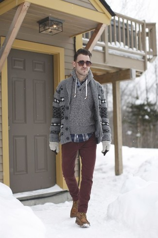 Graue Wollhandschuhe kombinieren: trends 2020: Für ein bequemes Couch-Outfit, kombinieren Sie eine graue Strickjacke mit einem Schalkragen mit Norwegermuster mit grauen Wollhandschuhen. Fühlen Sie sich ideenreich? Komplettieren Sie Ihr Outfit mit einer braunen Wildlederfreizeitstiefeln.