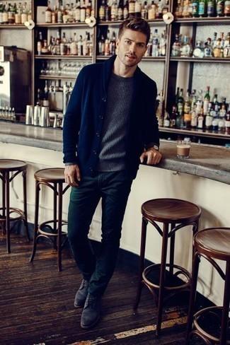 Dunkelblaue Strickjacke mit einem Schalkragen kombinieren – 165 Herren Outfits: Vereinigen Sie eine dunkelblaue Strickjacke mit einem Schalkragen mit einer dunkelgrünen Chinohose für einen für die Arbeit geeigneten Look. Dieses Outfit passt hervorragend zusammen mit einer dunkelgrauen Wildlederfreizeitstiefeln.