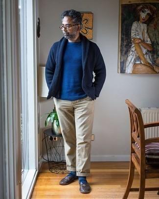 Dunkelblaue Strickjacke mit einem Schalkragen kombinieren – 148 Herren Outfits warm Wetter: Paaren Sie eine dunkelblaue Strickjacke mit einem Schalkragen mit einer hellbeige Chinohose, um einen eleganten, aber nicht zu festlichen Look zu kreieren. Fühlen Sie sich ideenreich? Vervollständigen Sie Ihr Outfit mit dunkelbraunen Leder Slippern.