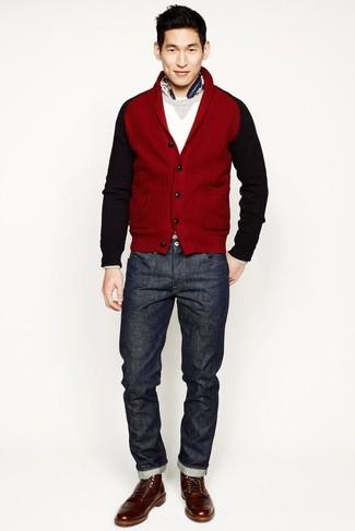 Wie kombinieren: rote Strickjacke mit einem Schalkragen, weißer Pullover mit einem Rundhalsausschnitt, dunkelgraue Jeans, braune Lederfreizeitstiefel