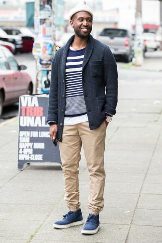 Wie kombinieren: dunkelgraue Strickjacke mit einem Schalkragen, dunkelblauer und weißer horizontal gestreifter Pullover mit einem Rundhalsausschnitt, weißes T-Shirt mit einem Rundhalsausschnitt, hellbeige Chinohose