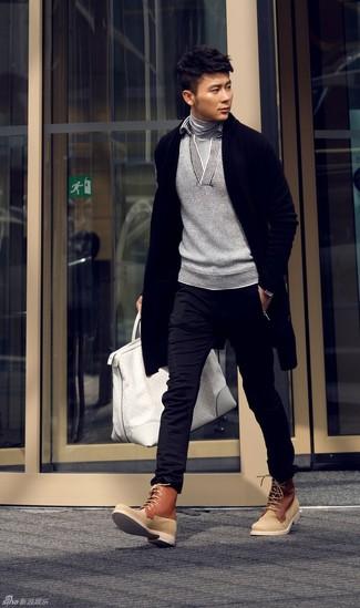 Wie kombinieren: schwarze Strickjacke mit einem Schalkragen, grauer Pullover mit einem Schalkragen, grauer Rollkragenpullover, schwarze Chinohose