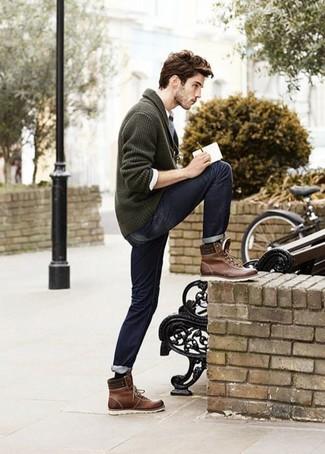 Erwägen Sie das Tragen von einer dunkelgrünen Strickjacke mit einem Schalkragen und dunkelblauen Jeans für ein Alltagsoutfit, das Charakter und Persönlichkeit ausstrahlt. Suchen Sie nach leichtem Schuhwerk? Vervollständigen Sie Ihr Outfit mit dunkelbraunen lederarbeitsstiefeln für den Tag.