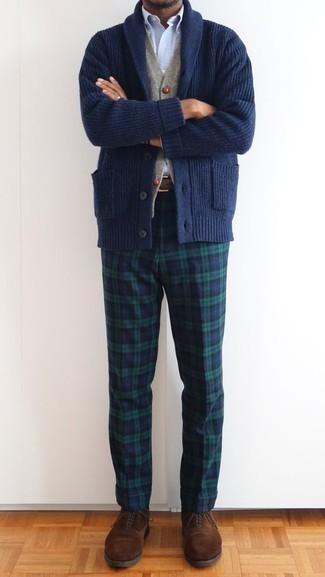 Dunkelblaue Strickjacke mit einem Schalkragen kombinieren – 165 Herren Outfits: Entscheiden Sie sich für eine dunkelblaue Strickjacke mit einem Schalkragen und eine dunkelblaue und grüne Chinohose mit Schottenmuster für ein großartiges Wochenend-Outfit. Wählen Sie braunen Wildleder Oxford Schuhe, um Ihr Modebewusstsein zu zeigen.