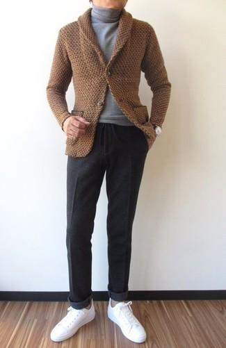 Wie kombinieren: braune Strickjacke mit einem Schalkragen, grauer Rollkragenpullover, dunkelgraue Wollanzughose, weiße Leder niedrige Sneakers