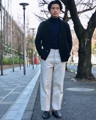 Dunkelblaue Strickjacke mit einem Schalkragen kombinieren – 68 Frühling Herren Outfits: Die Paarung aus einer dunkelblauen Strickjacke mit einem Schalkragen und einer weißen Chinohose ist eine perfekte Wahl für einen Tag im Büro. Fühlen Sie sich ideenreich? Komplettieren Sie Ihr Outfit mit schwarzen Leder Slippern. So ist das Outfit total frühlingstauglich.