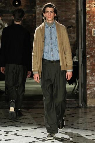 beige Strickjacke mit einem Schalkragen, grauer Rollkragenpullover, hellblaues Jeanshemd, dunkelgrüne Anzughose für Herren