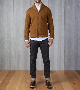 Dunkelbraune Brogue Stiefel aus Leder kombinieren: trends 2020: Kombinieren Sie eine rotbraune Strickjacke mit einem Schalkragen mit dunkelblauen Jeans für ein sonntägliches Mittagessen mit Freunden. Fühlen Sie sich ideenreich? Ergänzen Sie Ihr Outfit mit dunkelbraunen Brogue Stiefeln aus Leder.