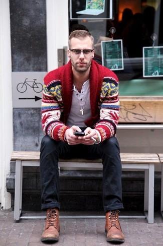 Wie kombinieren: rote Strickjacke mit einem Schalkragen mit Fair Isle-Muster, weißes Langarmshirt mit einer Knopfleiste, schwarze Jeans, braune Lederfreizeitstiefel
