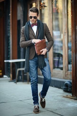 Wie kombinieren: dunkelblaue Strickjacke mit einem Schalkragen, dunkelbraunes Wollsakko, weißes Businesshemd, blaue Jeans