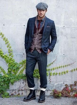 Wie kombinieren: dunkelrote Strickjacke mit einem Schalkragen, dunkelblaues Sakko mit Karomuster, blaues bedrucktes Langarmhemd, dunkelblaue Anzughose