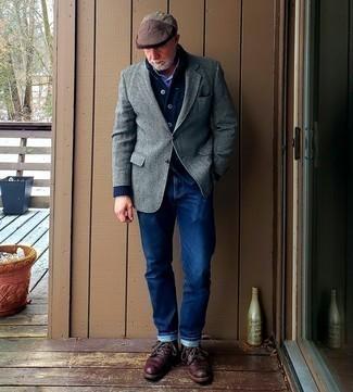 Strickjacke mit einem Schalkragen kombinieren – 500+ Herren Outfits: Kombinieren Sie eine Strickjacke mit einem Schalkragen mit blauen Jeans für ein bequemes Outfit, das außerdem gut zusammen passt. Vervollständigen Sie Ihr Look mit einer dunkelroten Lederfreizeitstiefeln.