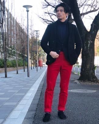 Dunkelblaue Strickjacke mit einem Schalkragen kombinieren – 91 Herbst Herren Outfits: Kombinieren Sie eine dunkelblaue Strickjacke mit einem Schalkragen mit einer roten Anzughose für einen stilvollen, eleganten Look. Schwarze Wildleder Oxford Schuhe sind eine perfekte Wahl, um dieses Outfit zu vervollständigen. Dieser Look ist ein perfekter Herbst-Look.