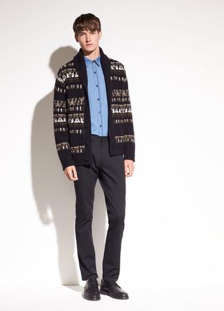 Wie kombinieren: schwarze bedruckte Strickjacke mit einem Schalkragen, blaues Chambray Businesshemd, schwarze Anzughose, schwarze Leder Derby Schuhe