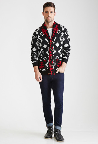 Wie kombinieren: schwarze und weiße Strickjacke mit einem Schalkragen mit geometrischen Mustern, weißes T-Shirt mit einem Rundhalsausschnitt, dunkelblaue Jeans, schwarze Lederarbeitsstiefel