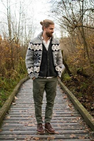 Dunkelgraue Strickjacke kombinieren – 384 Herren Outfits: Tragen Sie eine dunkelgraue Strickjacke und eine dunkelgraue Strickjacke, um einen eleganten, aber nicht zu festlichen Look zu kreieren. Komplettieren Sie Ihr Outfit mit einer braunen Lederfreizeitstiefeln.
