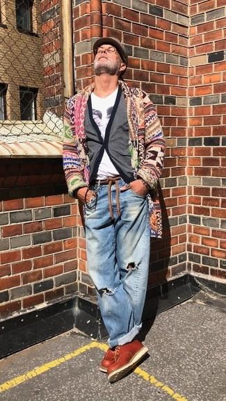Wie kombinieren: mehrfarbige Strickjacke mit einem Schalkragen, graue Strickjacke, weißes bedrucktes T-Shirt mit einem V-Ausschnitt, blaue Jeans mit Destroyed-Effekten