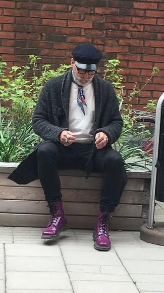 Wie kombinieren: dunkelgraue Strickjacke mit einem Schalkragen, weißes Sweatshirt, schwarze enge Jeans, dunkellila Lederfreizeitstiefel