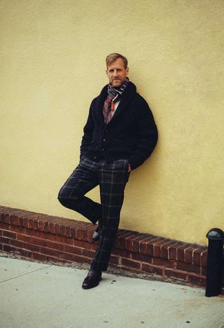 Dunkelblaue Strickjacke mit einem Schalkragen kombinieren – 165 Herren Outfits: Kombinieren Sie eine dunkelblaue Strickjacke mit einem Schalkragen mit einer dunkelblauen Anzughose mit Karomuster für eine klassischen und verfeinerte Silhouette. Vervollständigen Sie Ihr Look mit dunkelbraunen Leder Slippern mit Quasten.