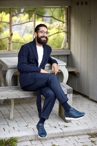 Dunkelblaue Strickjacke mit einem Schalkragen kombinieren – 165 Herren Outfits: Paaren Sie eine dunkelblaue Strickjacke mit einem Schalkragen mit einer dunkelblauen Chinohose, um einen eleganten, aber nicht zu festlichen Look zu kreieren. Suchen Sie nach leichtem Schuhwerk? Komplettieren Sie Ihr Outfit mit dunkelblauen Sportschuhen für den Tag.