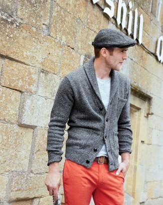 Wie kombinieren: dunkelgraue Strickjacke mit einem Schalkragen, graues T-Shirt mit einem Rundhalsausschnitt, rote Chinohose, dunkelgraue Schiebermütze