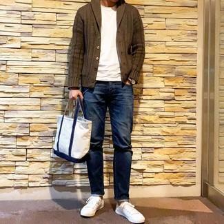 Wie kombinieren: olivgrüne Strickjacke mit einem Schalkragen, weißes T-Shirt mit einem Rundhalsausschnitt, dunkelblaue Jeans, weiße niedrige Sneakers