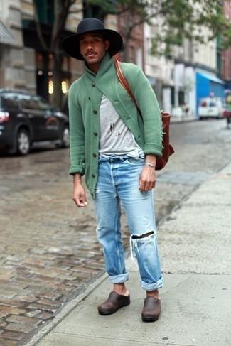 Rotbraune Shopper Tasche aus Leder kombinieren: trends 2020: Eine mintgrüne Strickjacke mit einem Schalkragen und eine rotbraune Shopper Tasche aus Leder sind das Outfit Ihrer Wahl für faule Tage. Putzen Sie Ihr Outfit mit dunkelbraunen Leder Slippern.