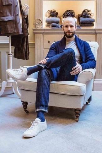 Dunkelblaue Strickjacke mit einem Schalkragen kombinieren – 165 Herren Outfits: Vereinigen Sie eine dunkelblaue Strickjacke mit einem Schalkragen mit dunkelblauen Jeans für einen bequemen Alltags-Look. Weiße Leder niedrige Sneakers verleihen einem klassischen Look eine neue Dimension.