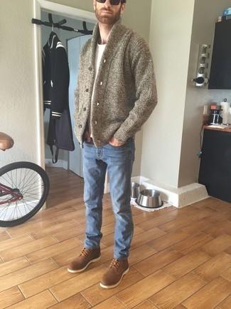 Braune Wildlederfreizeitstiefel kombinieren – 186 Herren Outfits: Tragen Sie eine beige Strickjacke mit einem Schalkragen und blauen Jeans, um mühelos alles zu meistern, was auch immer der Tag bringen mag. Komplettieren Sie Ihr Outfit mit einer braunen Wildlederfreizeitstiefeln.