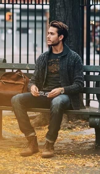 Dunkelgraue Strickjacke mit einem Schalkragen kombinieren – 120 Herren Outfits: Erwägen Sie das Tragen von einer dunkelgrauen Strickjacke mit einem Schalkragen und dunkelblauen Jeans für ein sonntägliches Mittagessen mit Freunden. Eine braune Wildlederfreizeitstiefel sind eine kluge Wahl, um dieses Outfit zu vervollständigen.