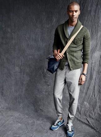 Wie kombinieren: dunkelgrüne Strickjacke mit einem Schalkragen, graues horizontal gestreiftes T-Shirt mit einem Rundhalsausschnitt, graue Jogginghose, blaue Wildleder niedrige Sneakers