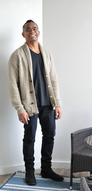 Strickjacke mit einem Schalkragen kombinieren – 500+ Herren Outfits: Vereinigen Sie eine Strickjacke mit einem Schalkragen mit dunkelblauen Jeans, um mühelos alles zu meistern, was auch immer der Tag bringen mag. Fühlen Sie sich mutig? Ergänzen Sie Ihr Outfit mit schwarzen Chelsea Boots aus Wildleder.