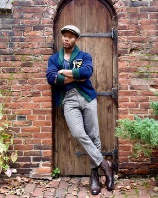 Schiebermütze kombinieren – 489 Herren Outfits: Eine dunkelblaue bedruckte Strickjacke mit einem Schalkragen und eine Schiebermütze sind eine gute Outfit-Formel für Ihre Sammlung. Komplettieren Sie Ihr Outfit mit einer dunkelbraunen Lederfreizeitstiefeln, um Ihr Modebewusstsein zu zeigen.