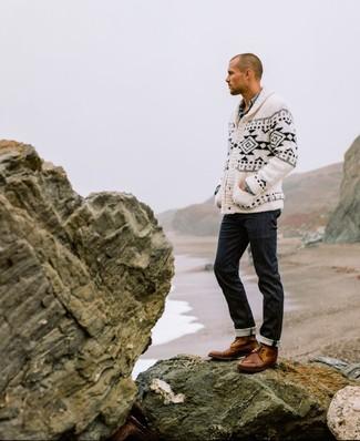 Wie kombinieren: weiße und schwarze Strickjacke mit einem Schalkragen mit Norwegermuster, hellblaues Chambray Langarmhemd, schwarze Jeans, braune Lederfreizeitstiefel