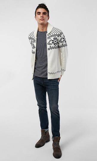 Wie kombinieren: weiße und schwarze Strickjacke mit einem Schalkragen mit Fair Isle-Muster, schwarzes und weißes horizontal gestreiftes T-Shirt mit einem Rundhalsausschnitt, dunkelblaue Jeans, dunkelbraune Wildlederfreizeitstiefel