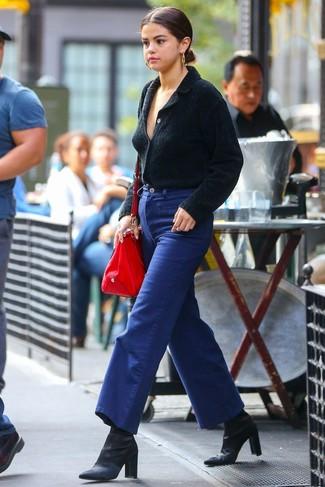 Wie kombinieren: schwarze Strickjacke mit einem Schalkragen, blaue weite Hose aus Jeans, schwarze Satin Stiefeletten, rote Shopper Tasche aus Leder