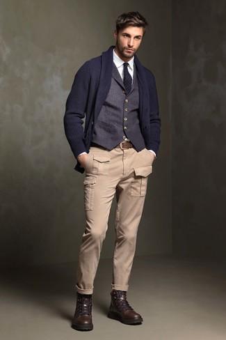 Wie kombinieren: dunkelblaue Strickjacke mit einem Schalkragen, dunkelblaue Weste, weißes Businesshemd, hellbeige Cargohose