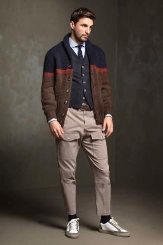 Wie kombinieren: braune Strickjacke mit einem Schalkragen, schwarze Baumwollweste, hellblaues Businesshemd, hellbeige Cargohose