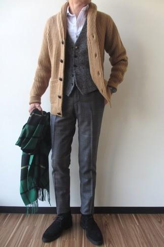 Dunkelgraue Anzughose mit Schottenmuster kombinieren: trends 2020: Kombinieren Sie eine beige Strickjacke mit einem Schalkragen mit einer dunkelgrauen Anzughose mit Schottenmuster, um vor Klasse und Perfektion zu strotzen. Bringen Sie die Dinge durcheinander, indem Sie schwarzen Chukka-Stiefel aus Wildleder mit diesem Outfit tragen.