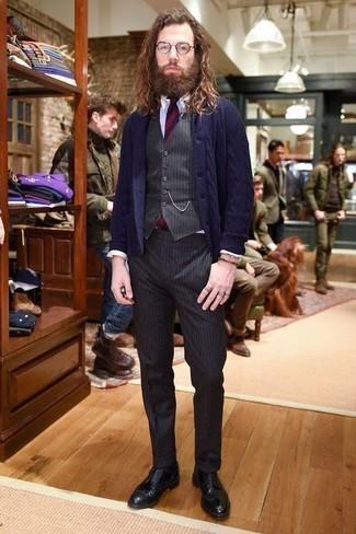 Dunkelblaue Strickjacke mit einem Schalkragen kombinieren – 165 Herren Outfits: Tragen Sie eine dunkelblaue Strickjacke mit einem Schalkragen und eine dunkelgraue vertikal gestreifte Anzughose, um vor Klasse und Perfektion zu strotzen. Vervollständigen Sie Ihr Look mit schwarzen Leder Brogues.