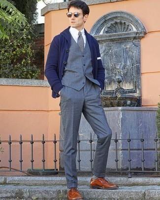 40 Jährige: Dunkelblaue Strickjacke mit einem Schalkragen kombinieren – 11 Herren Outfits: Kombinieren Sie eine dunkelblaue Strickjacke mit einem Schalkragen mit einer grauen Anzughose, um vor Klasse und Perfektion zu strotzen. Rotbraune Leder Brogues sind eine perfekte Wahl, um dieses Outfit zu vervollständigen.