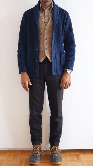Dunkelblaue Strickjacke mit einem Schalkragen kombinieren – 20 Herren Outfits kühl Wetter: Tragen Sie eine dunkelblaue Strickjacke mit einem Schalkragen und eine dunkelgraue Anzughose für einen stilvollen, eleganten Look. Suchen Sie nach leichtem Schuhwerk? Vervollständigen Sie Ihr Outfit mit dunkelbraunen Lederwinterschuhen für den Tag.