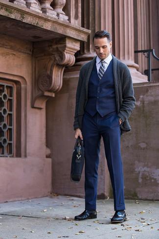 Dunkelblaue Anzughose kombinieren – 1200+ Herren Outfits: Kombinieren Sie eine dunkelgraue Strickjacke mit einem Schalkragen mit einer dunkelblauen Anzughose, um vor Klasse und Perfektion zu strotzen. Schwarze Leder Slipper sind eine kluge Wahl, um dieses Outfit zu vervollständigen.