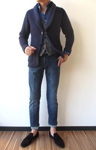 Wie kombinieren: dunkelblaue Strickjacke mit einem Schalkragen, graue Wollweste, dunkelblaues Jeanshemd, blaue Jeans