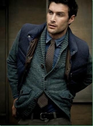 Wie kombinieren: dunkelgraue Strickjacke mit einem Schalkragen, dunkelblaue gesteppte Weste, dunkelblaues Jeanshemd, dunkelgraue Chinohose