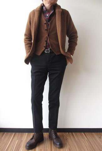 Wie kombinieren: braune Strickjacke mit einem Schalkragen, braune Wollweste, dunkelrotes Langarmhemd mit Schottenmuster, schwarze Anzughose