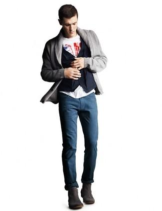 Wie kombinieren: graue Strickjacke mit einem Schalkragen, dunkelblaue Baumwollweste, weißes und rotes bedrucktes T-Shirt mit einem Rundhalsausschnitt, dunkelblaue Chinohose