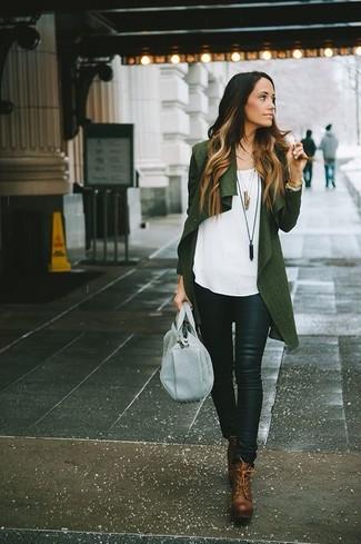 Wie kombinieren: dunkelgrüne Strickjacke mit einer offenen Front, weißes ärmelloses Oberteil, schwarze enge Hose aus Leder, braune Schnürstiefeletten aus Leder