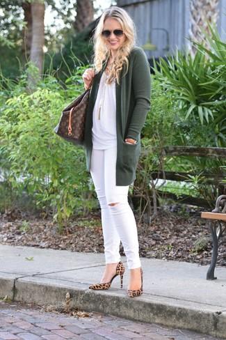 Wie kombinieren: dunkelgrüne Strickjacke mit einer offenen Front, weißes ärmelloses Oberteil, weiße enge Jeans mit Destroyed-Effekten, beige Wildleder Pumps mit Leopardenmuster